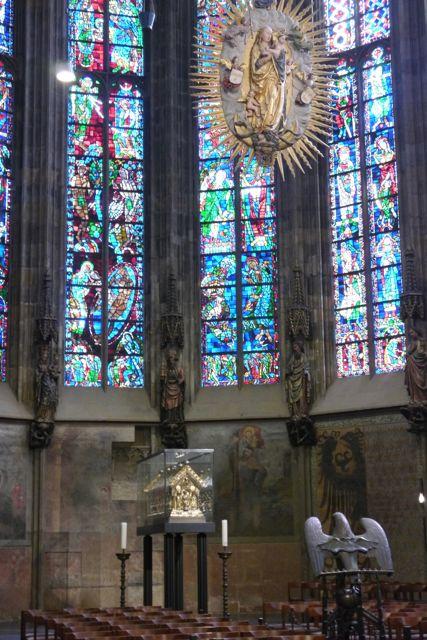 De gouden schrijn met de overblijfselen van Karel de Grote