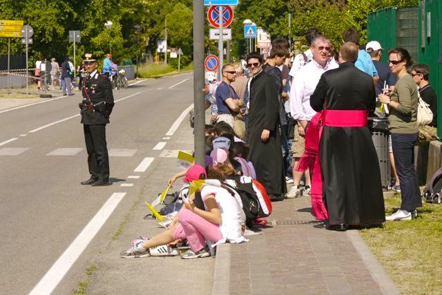 De menigte langs de weg wacht op de paus