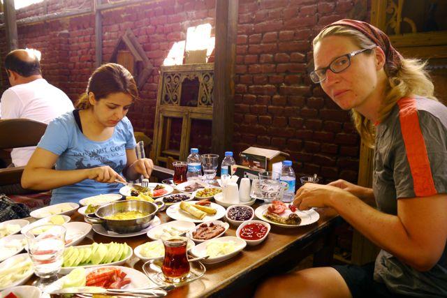 Ontbijt samen met Seher, een van onze gastvrouwen via www.warmshowers.org in Malatya