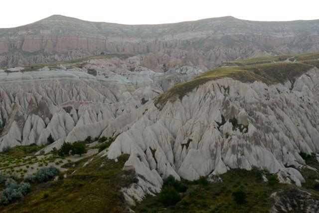 de zachte tufsteen is gevormd door wind en water