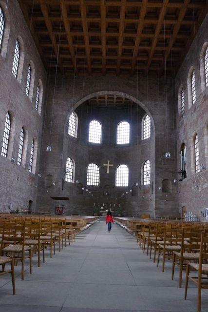Binnen in de Basilica van Trier