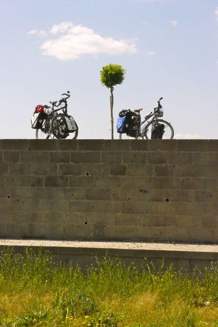 Bepakte reizigers aan de muur van de karavanserai?