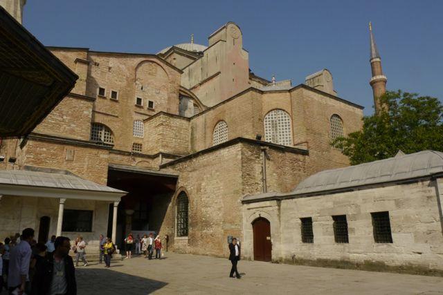 De enorme muren van de Hagia Sofia