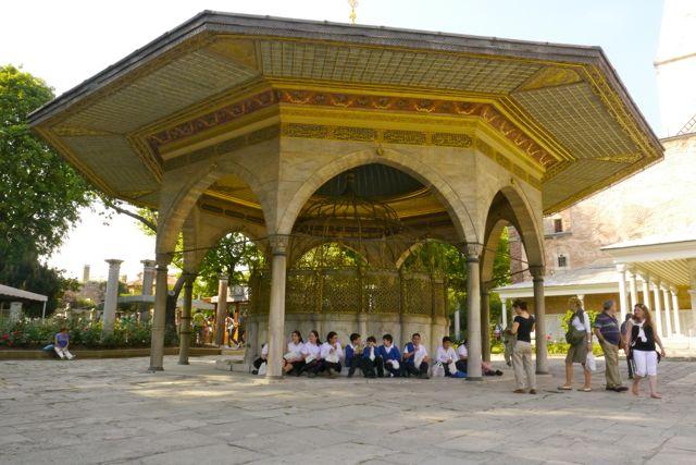 schoolkinderen buiten bij de Hagia Sofia