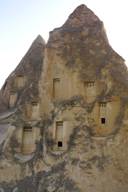 Wie heeft die deurtjes zo hoog in de rots uitgehakt?