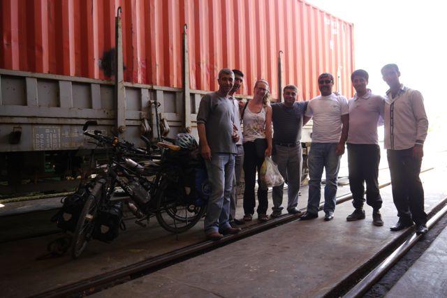 Even poseren bij de fietsen die aan een wagon vastgemaakt zijn; wel zo veilig met een open ruim