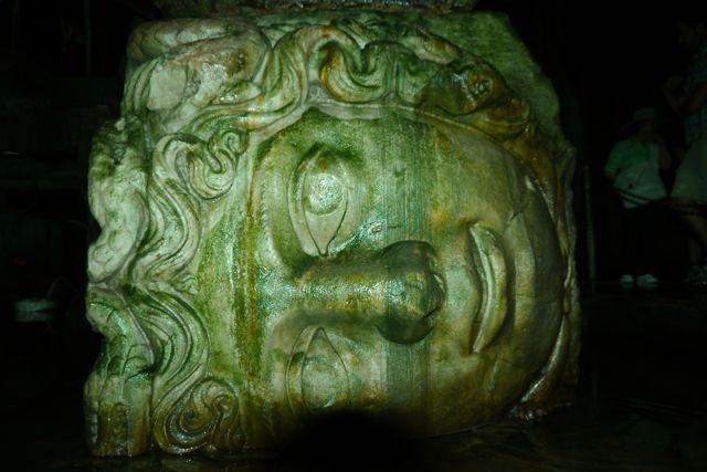 Het hoofd van medusa in de Cisterne