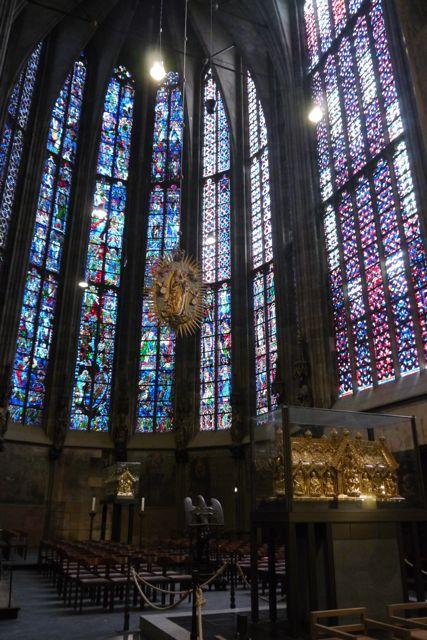Glas-in-lood-ramen in de Dom van Aken