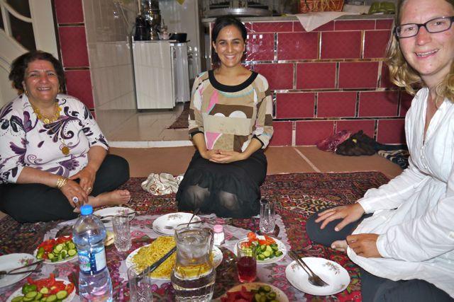Bij Aziz thuis eten op het vloerkleed. (waar later ook op geslapen wordt)