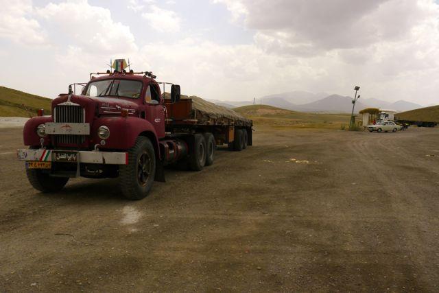 De vrachtwagens in Iran zijn oud.