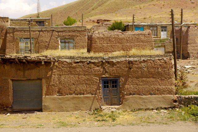 Een half verlaten dorpje langs de kant van de weg.