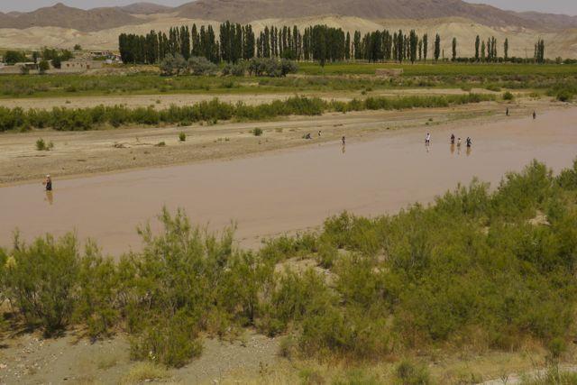 deze vrouwen staan te vissen in de rivier