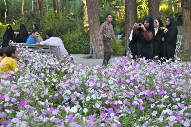 Ook de Iraanse mensen genieten van de prachtige parken in Esfahan