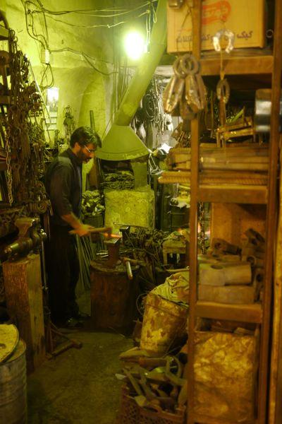 Een smid heeft een piepklein werkplekje midden in de bazaar rond het Imam plein.