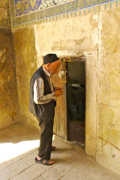 Een beheerder van de moskee.