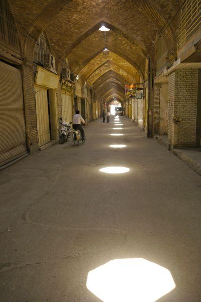 Prachtig licht valt in een bijna verlaten bazaar.