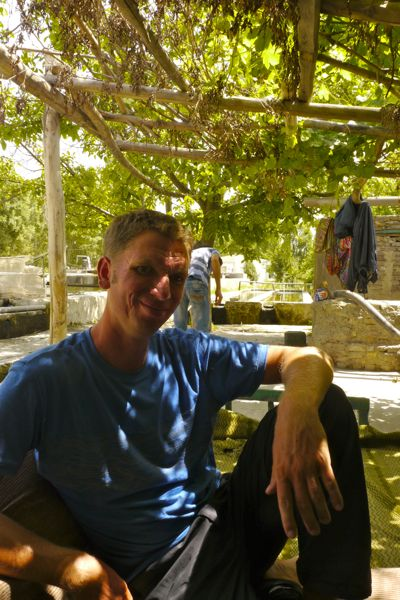 Op bezoek bij een viskwekerij met Aziz. Heel relaxed