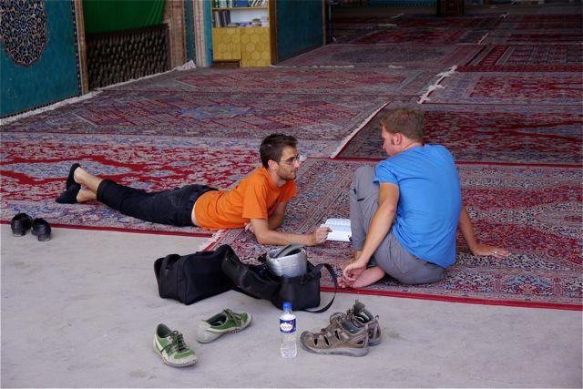 Maarten met Miha verdiept in een lang gesprek.