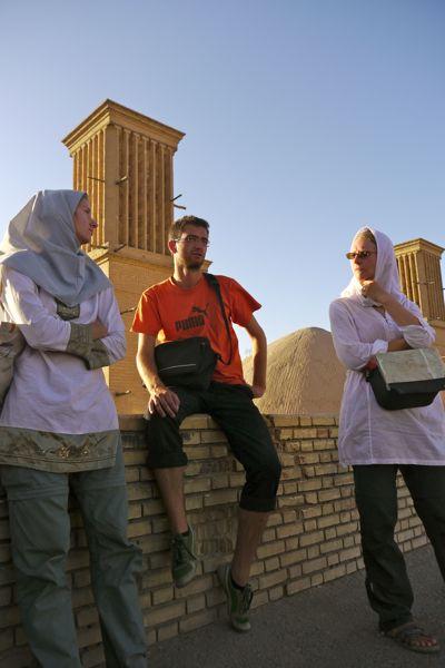 In gesprek met een groepje toeristen en de professor.