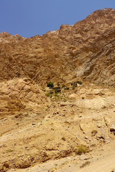 Chak chak ligt heel hoog tegen de berg aangebouwd.