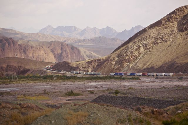 File voor de Chinese grens; vrachtwagens doen er meerdere dagen over om China in te komen