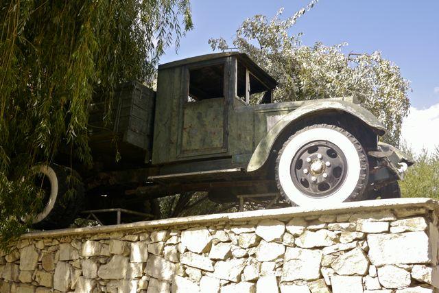 Het eerste autootje wat de Pamir Highway gereden heeft staat nu op een voetstuk in Khorog.