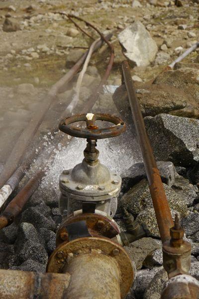 In Sovjetstijl wordt het hete bronwater naar het 'kuuroord' getransporteerd