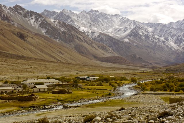 Klein dorpje in groots landschap