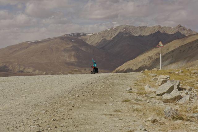 Klein fietsertje op grote berg