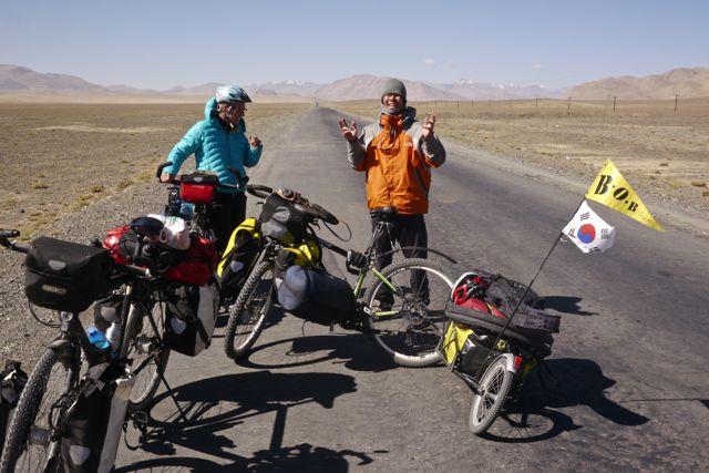 Deze fietser uit Zuid-Korea had het zooo koud in z'n nep Chinese The Northface jas