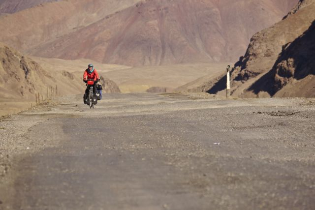 Klein fietsertje in groot landschap 7