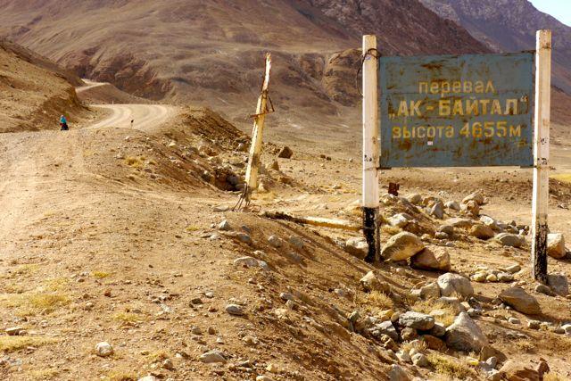 Nummer 12 met het bord van de pas: Oficieel dus 4655 meter hoog