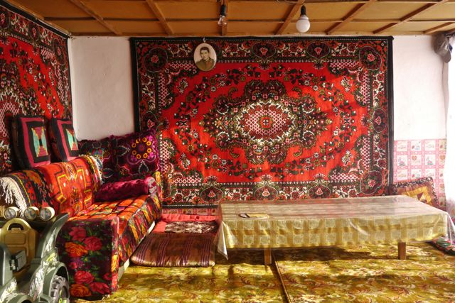 Interieur van de homestay in Karakul