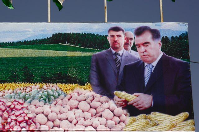 De president van Tadzjikistan is overal in het straatbeeld aanwezig en weet overal het meeste van
