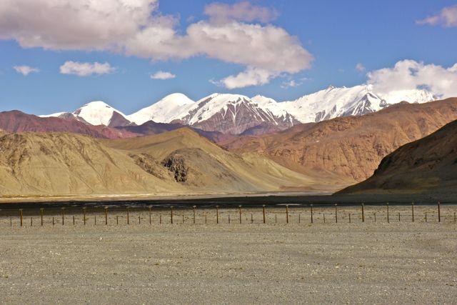De Chinese grens was soms maar vijf meter van de weg waarop we reden