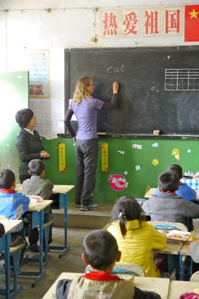Line even terug voor de klas. De eerste Engelse les voor deze kinderen!