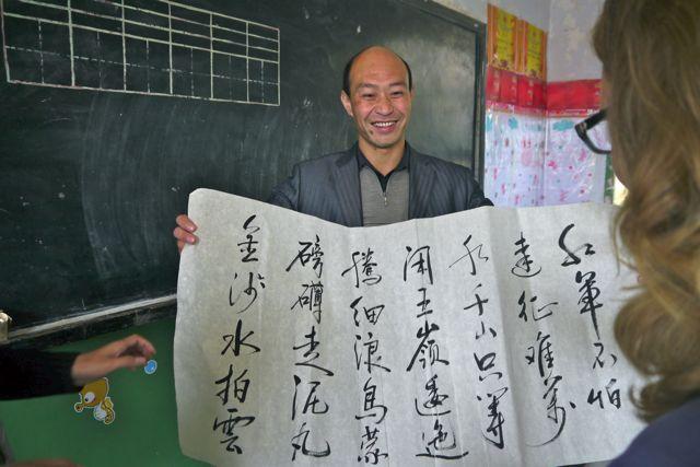 De meester heeft speciaal voor ons een gedicht van Mao over reizen gekalligrafeerd.