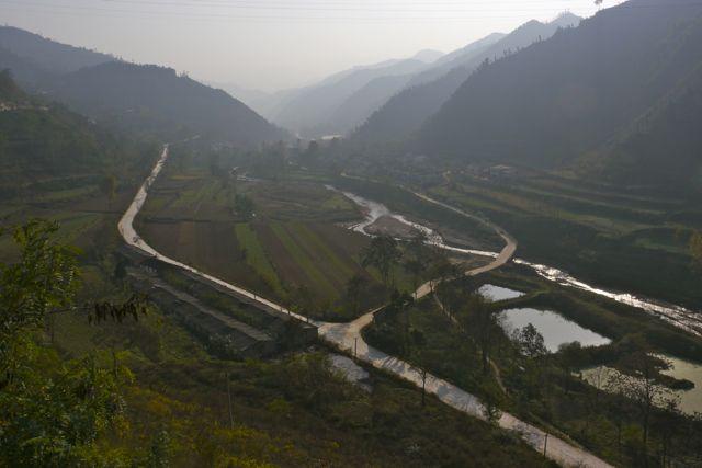 Het berglandschap waarin het dorpsschooltje ligt