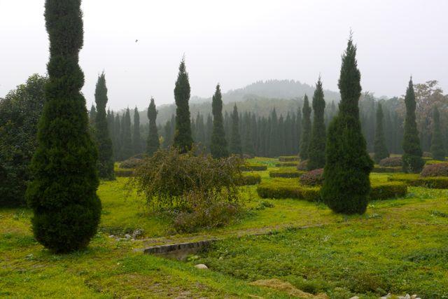 De grafheuvel van keizer Qin Shi Huangdi. Het graf is nog niet geopend omdat er een ondergrondse rivier van kwik ter bescherming omheen is gelegd. Zijn terracotta leger is al wel (deels) bloodgelegd.