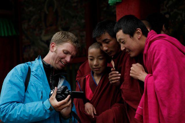 Ook Tibetaanse monikken zijn nieuwsgierig naar een foto van zichzelf. (Met dank aan een Chinese fotograaf.)