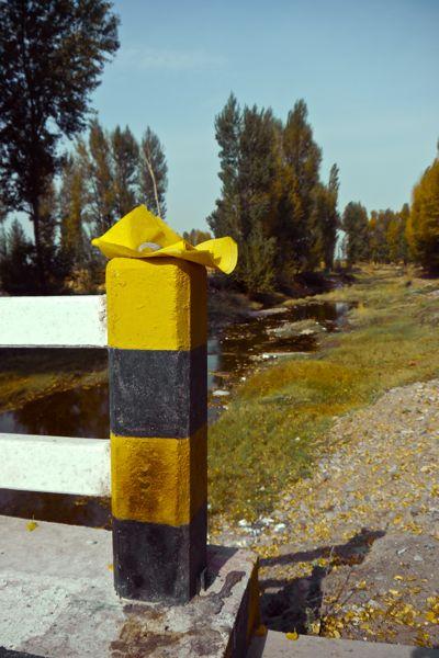 Deze gele velletjes komen we overal bij bruggen over riviertjes tegen. Het zal vast iets met religie te maken hebben maar wat weten we niet precies.