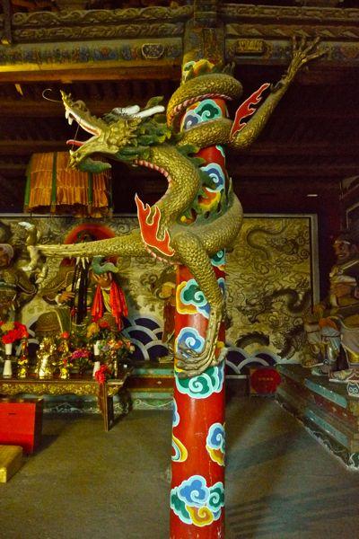 Binnen in een van de tempels
