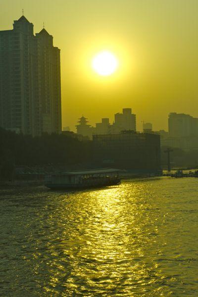 Lanzhou; zonsondergang in de smog