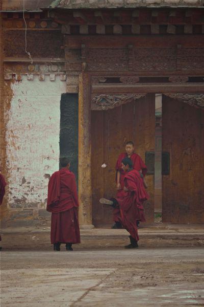 Ballende jonge Tibetaanse monniken
