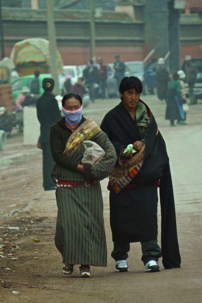 Ook de lokale bevolking draagt nog veel traditionele kleding. Let op de lange mouwen!