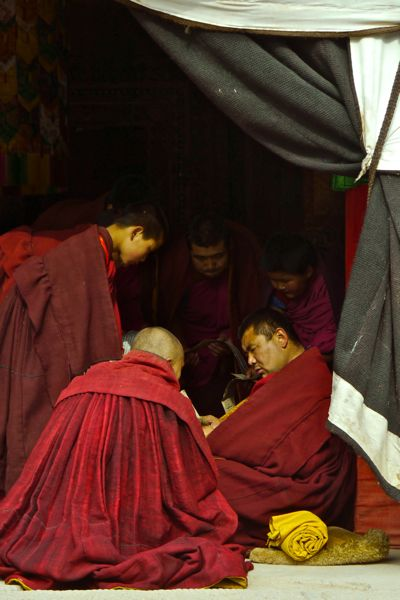 Deze monniken waren bezig met een examen. Dit doen ze door teksten te reciteren.
