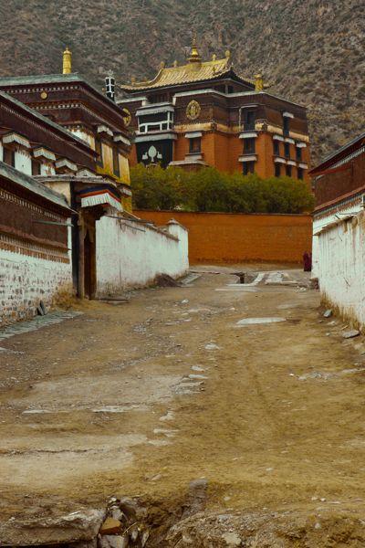 De straten in het Tibetaanse deel van de stad zijn duidelijk minder goed onderhouden dan het deel waarin de Han Chinezen wonen.