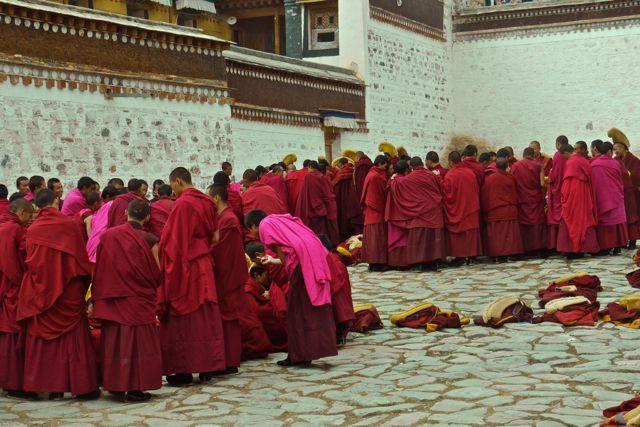 Het Labrang klooster is beroemd om z'n filosofie faculteit. Hier zijn de monniken in groepjes aan het debatteren. Het ging er luidruchtig aan toe.