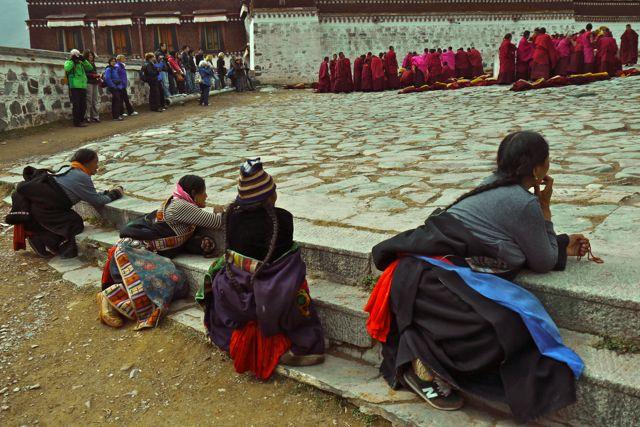 Monikken aan het debatteren, pelgrims bekijken de monnikken en de toeristen bekijken de monniken en pelgrims (en daar maak ik dan weer een foto van.)