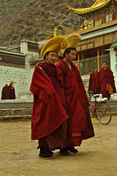 Twee jonge monniken